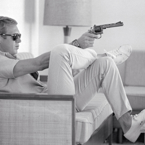 7-steve-mcqueen-aims-a-pistol-in-his-living-room